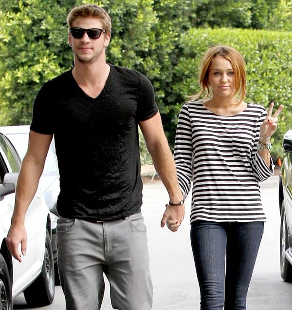 Miley Cyrus rockingdark-wash super skinny jeans