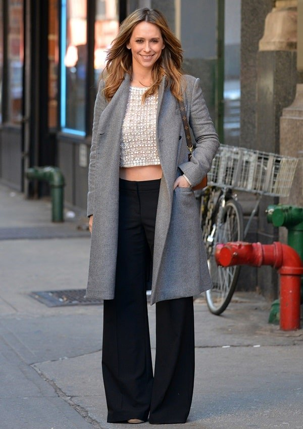 Jennifer Love Hewitt shows how to wear black wide-leg pants