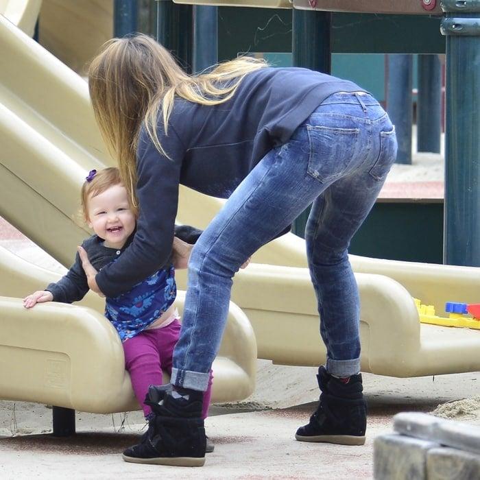 """Jessica Alba rocks Current/Elliott """"Write On"""" skinny jeans"""