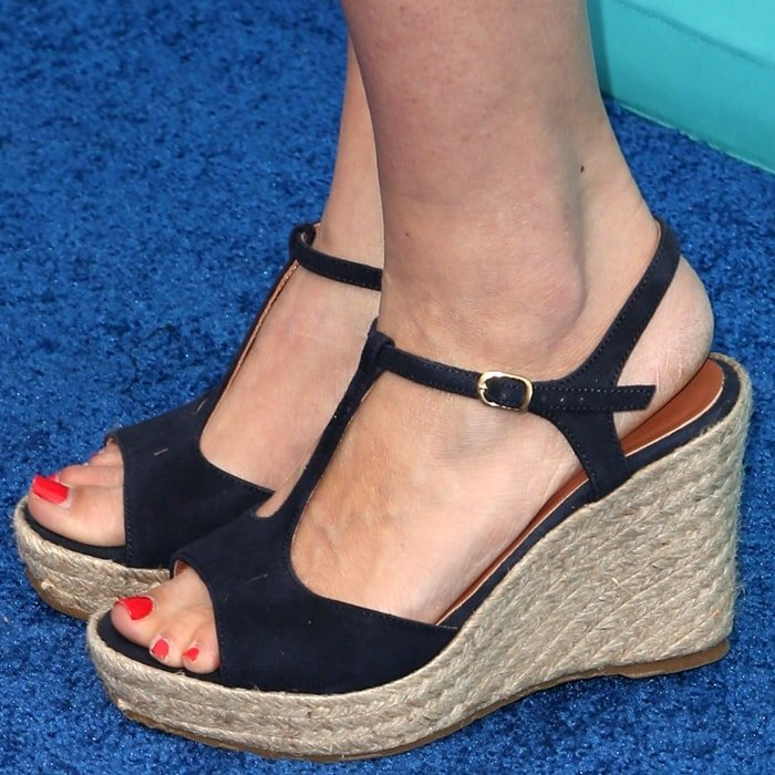 Amy Smart shows off her feet in wedge sandals at Heal the Bay's annual Bring Back the Beach Gala