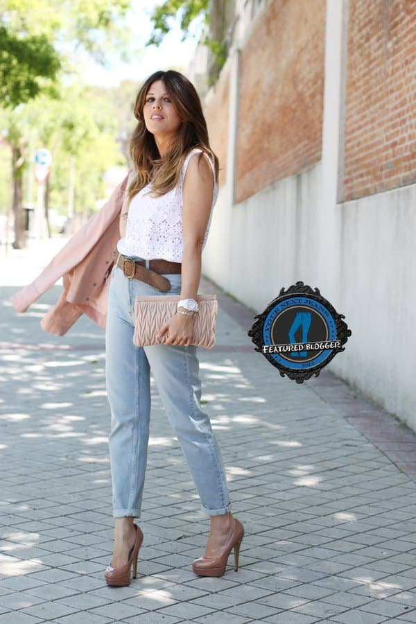 Beatriz shows how to wear mom jeans with a sleeveless top