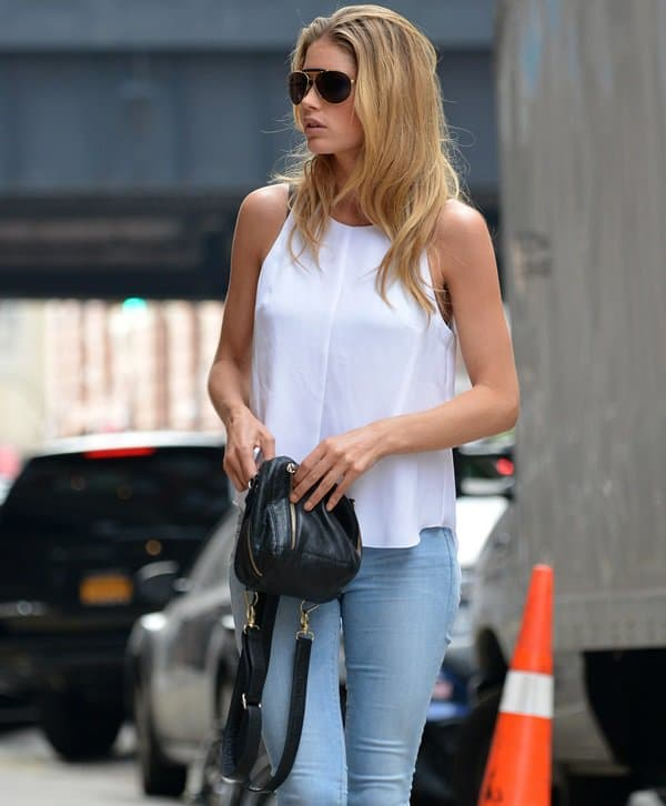 Doutzen Kroes wearing a plain white top and FRAME Denim skinny jeans