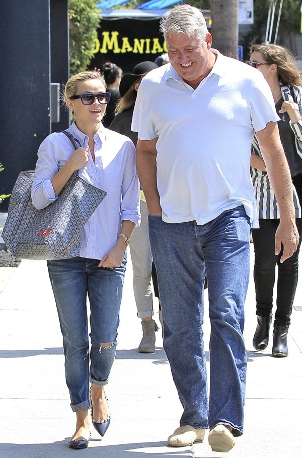 Reese Witherspoon out to have lunch with a friend in Venice, California, on September 10, 2013