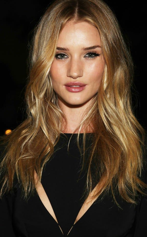 Rosie Huntington Whiteley kept her loosely curled hair down and kept her makeup simple, concentrating on the black eyeliner look to bring out her gorgeous green eyes