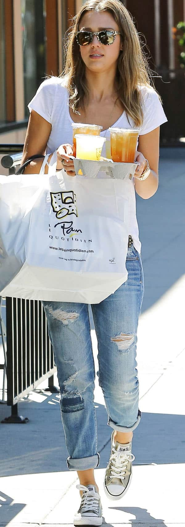 Jessica Alba zipped herself up into a pair of ripped skinnies from American Eagle Outfitters