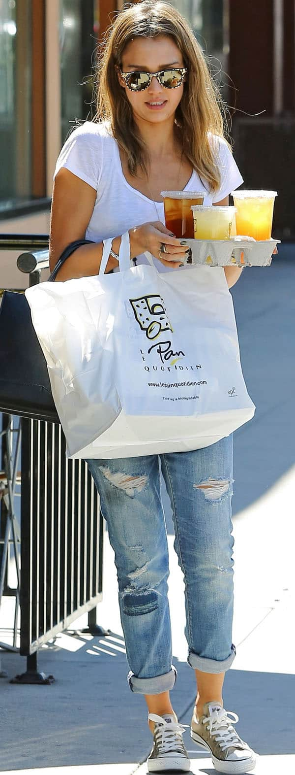 Jessica Alba grabs lunch from Le Pain Quotidien