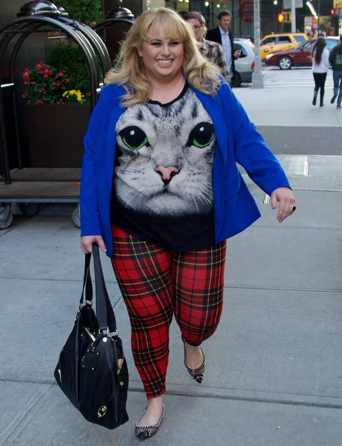 Rebel Wilson wore a very in-your-face ensemble consisting of a cobalt blue blazer over a black tee featuring a huge cat face print