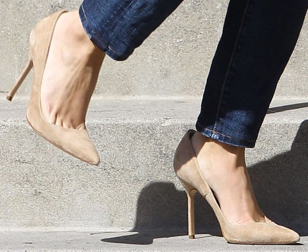 Reese Witherspoon rocking nude heels