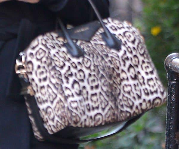 Liv Tyler toting an oversized Givenchy Antigona tote bag