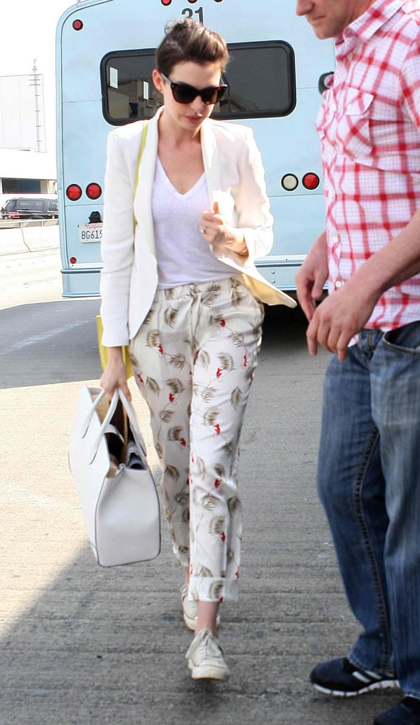 Anne Hathaway shows how to travel in style at Los Angeles International Airport