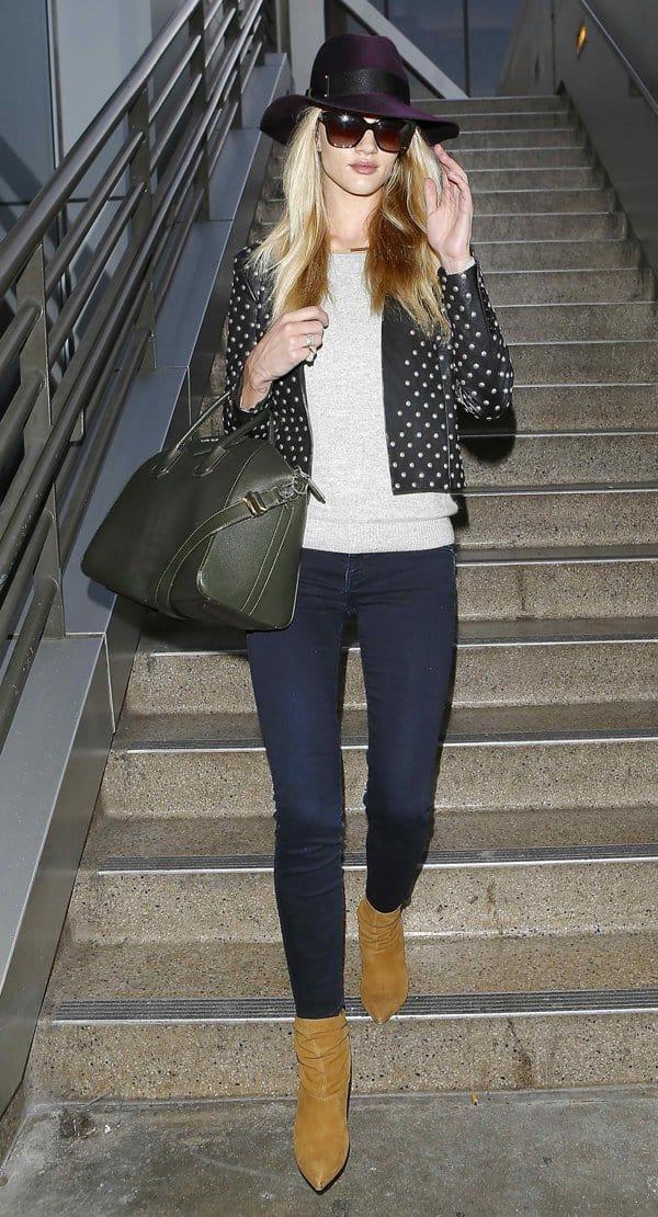 Rosie Huntington-Whiteley shows how to wear dark denim Frame Denim jeans