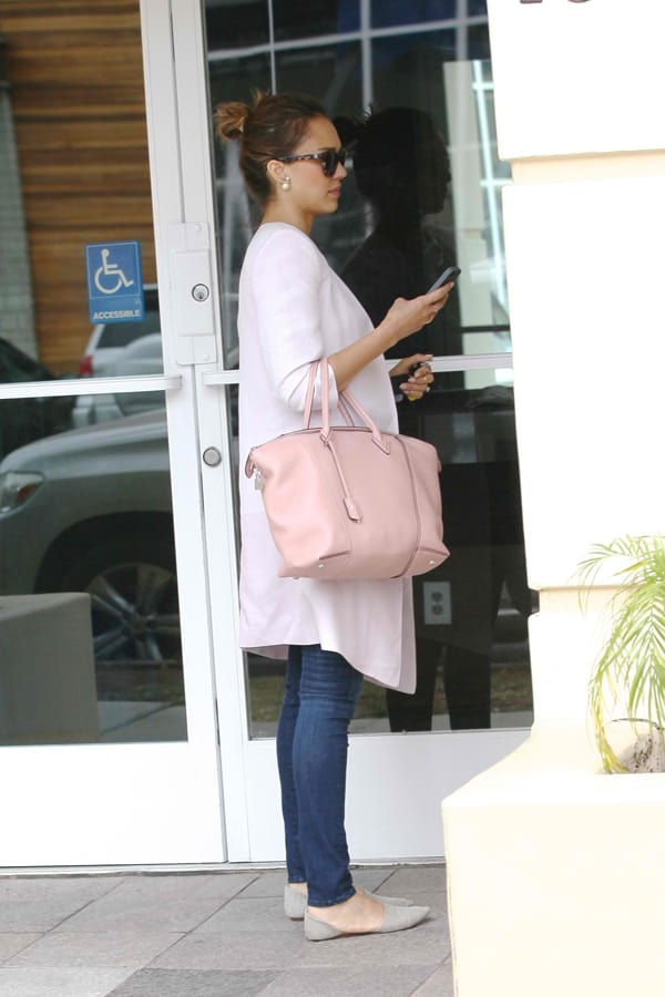 Jessica Alba totes a pink Louis Vuitton Soft Lockit tote bag