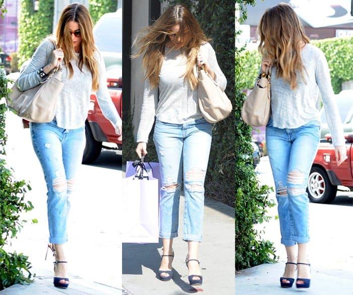 "Sofia Vergara in Current/Elliott ""Fling"" jeans in Point Break Destroy"